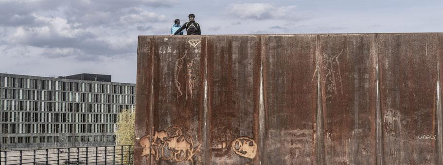 Paar blickt auf die Spree in  Berlin als Farbfotografie im Panorama-Format