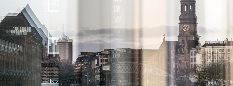 Spiegelung des Zollhafens, der Speicherstadt und der Katharinenkirche in Hamburg als Farbphoto im Panorama-Format