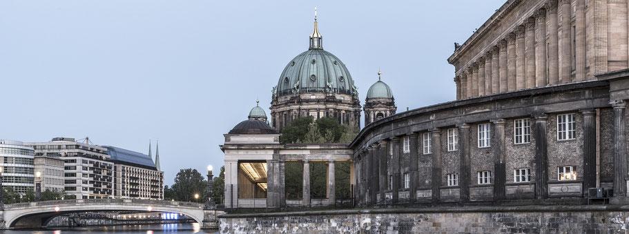 Abendaufnahme des Berliner Doms an der  Spree in  Berlin als Farbfotografie im Panorama-Format