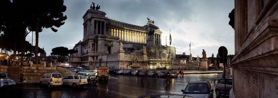 Farbphoto Vittorio Emanuelle II in Rom am Abend  im Panorama-Format