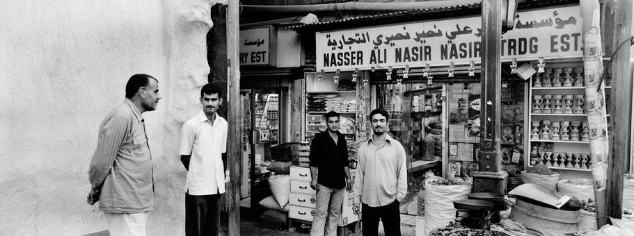 Vier Männer in Souk von Dubai als Panorama-Photographie