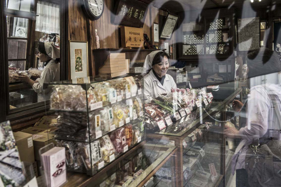 Frau bedient im Laden in Kamakura, Japan als Farbphoto