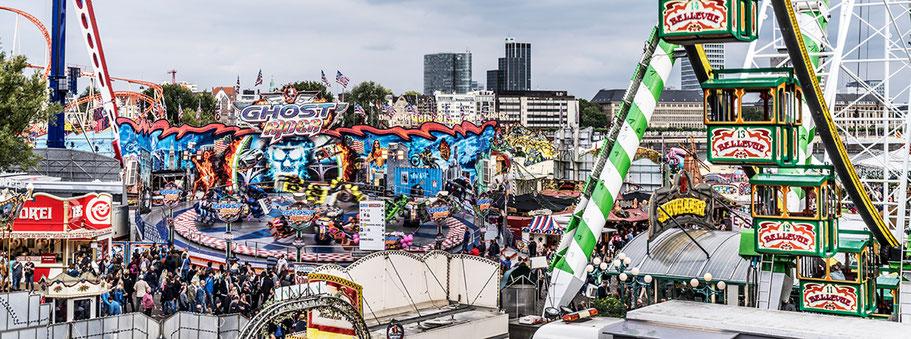 Düsseldorfer Rheinkirmes Düsseldorf III 2019 als Farbphoto im Panorama-Format.