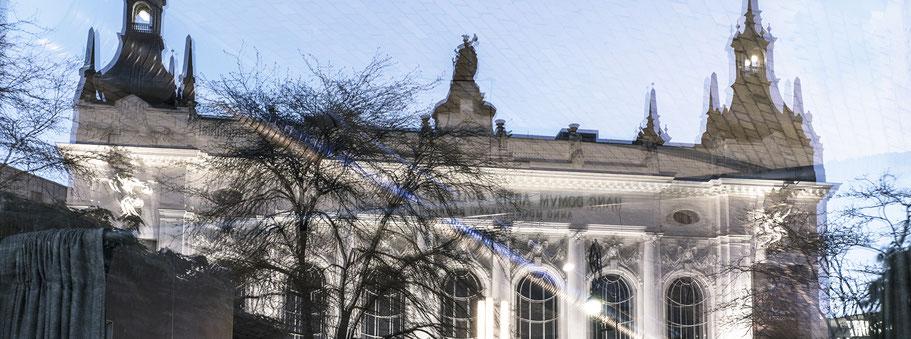 Spiegelung des Theater des Westens in Berlin als Farbfotografie im Panorama-Format