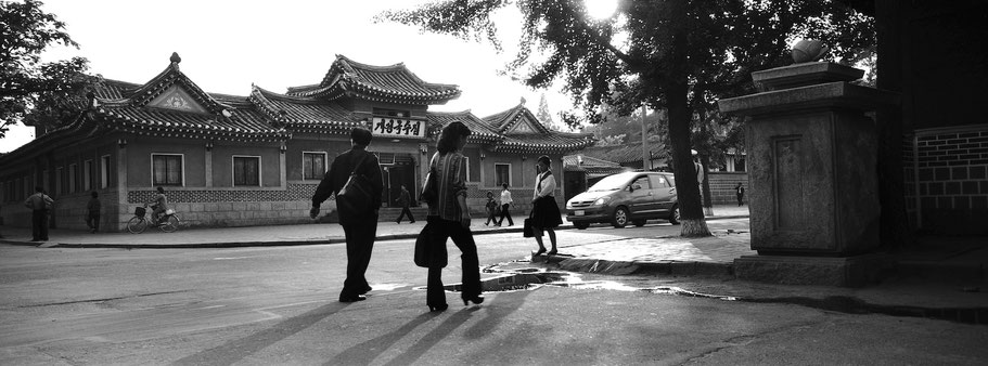 Straßenszene in Käsong, Nord Korea, in schwarz-weiß als Panorama-Photographie