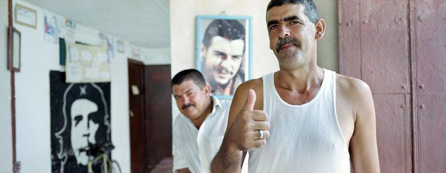 Kubaner posiert in Remedios, Farbphoto als Panorama-Photographie