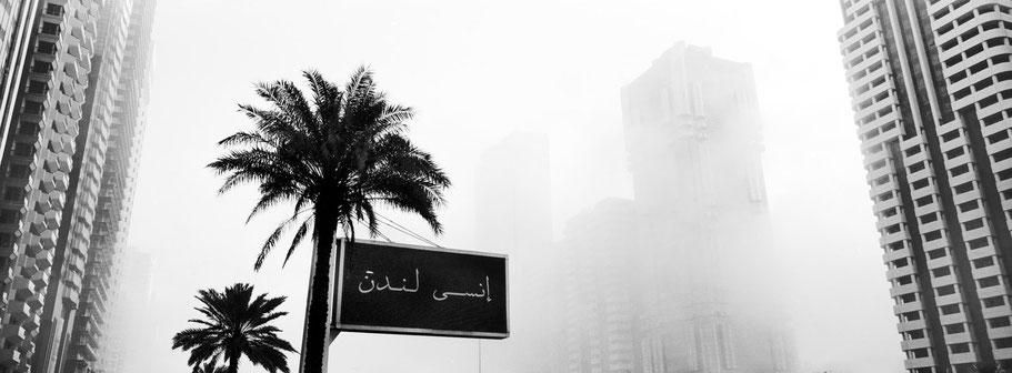 Sheik Zayed Road in Dubai im Morgennebel als Panorama-Photographie