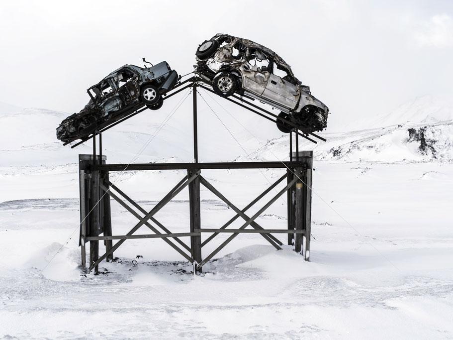 Winteraufnahme von Fahrzeugwracks als Kunstwerk in der Nähe von Reykjavik als Farb-Photographie, Island/Iceland