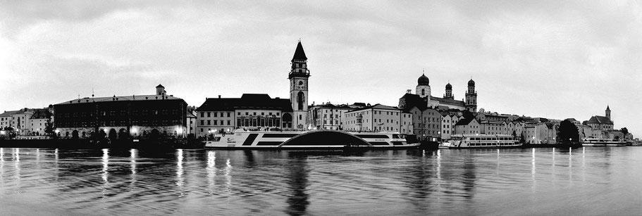 Passau by night in schwarz-weiß als Panorama-Photographie