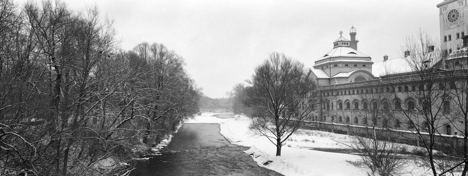 Wintermotiv Müllersches Volksbad München, Bayern, im Schnee in schwarzweiß als Panorama-Photographie