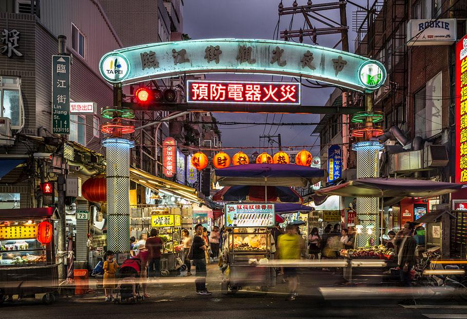 Linjiang Night Market  in der Nähe des Taipei 101 im Zentrum von Taipei, Taiwan, als Farbphoto