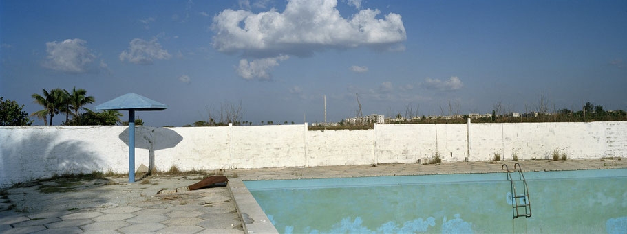 Verwaistes Freibad am Playa del Este in Havanna, Cuba, als Farbphoto im Panorama-Format