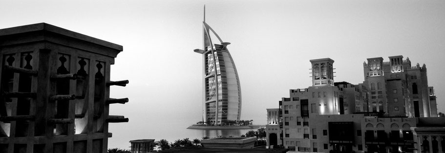 Burj Al Arab in Dubai in der Dämmerung als Panorama-Photographie