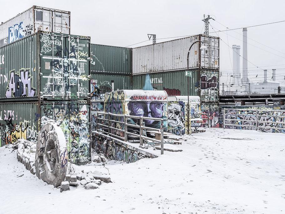 Container und Wohnwagen im Schnee auf dem Schlachthofgelände als Farb-Photographie, Muenchen