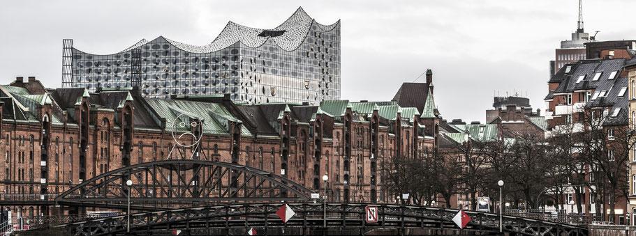 Binnenhafen mit Brooksbrücke und Elbphilharmonie  in Hamburg als Farbphoto im Panorama-Format