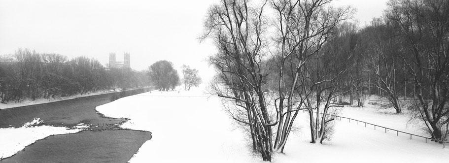 Wintermotiv  Isarauen München, Bayern, im Schnee in schwarzweiß als Panorama-Photographie