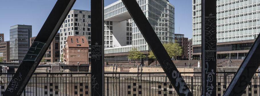 Oberhafenbrücke in Hamburg als Farbphoto im Panorama-Format