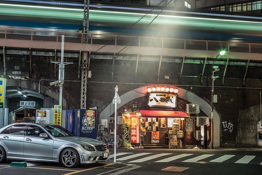 Abendstimmung mit Mercedes in Tokyo, Japan als Farbphoto