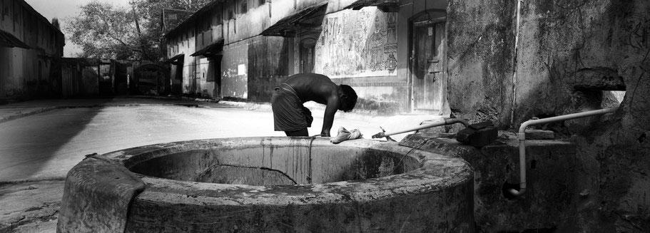Hinterhof-Lager in Kochin, Indien, in schwarz-weiß als Panorama-Photographie