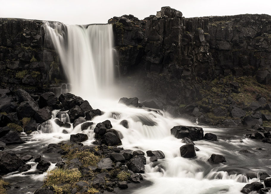 Wasserfall im Nationalpark in Thingvellir als Farb-Photographie, Island/Iceland