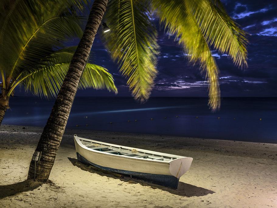 Abendaufnahme im Regen der berühmten Old Street von Jioufen (Taiwan) als Farb-Photographie