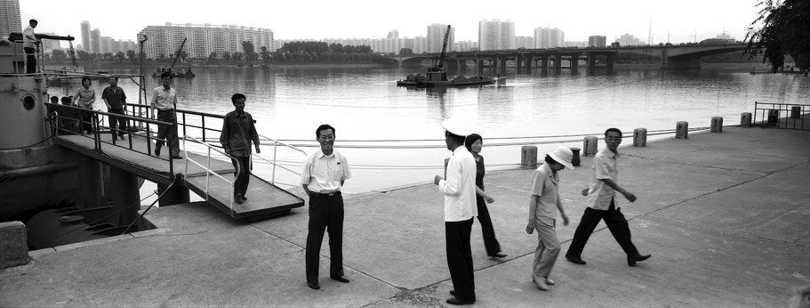 Eingangsbrücke zum Kriegsschiff  Pueblo am Teadong  in Pyongyang, Nord Korea, als Schwarzweißphoto im Panorama-Format