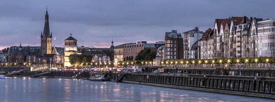 Düsseldorfer Altstadt am Rheinufer by night als Farbphoto im Panorama-Format