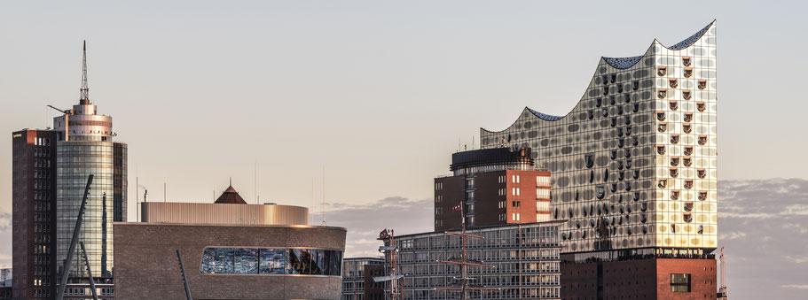 Elbpromenade mit Elbphilharmonie in Hamburg als Farbphoto im Panorama-Format