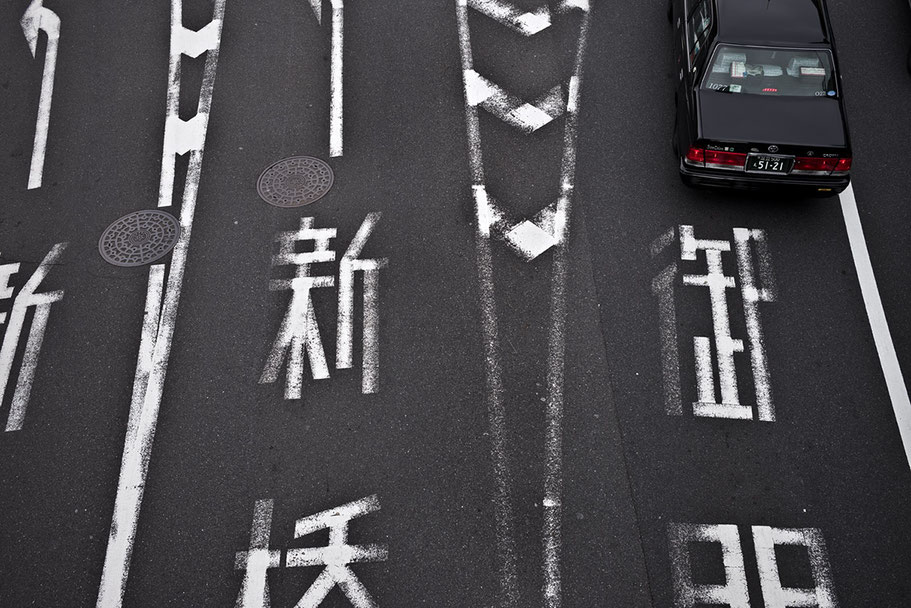 Straße von oben mit Toyota Taxi in Tokyo, Japan als Farbphoto