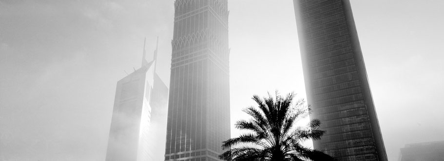 Emirate Towers & The Tower in Dubai im Morgennebel als Panorama-Photographie