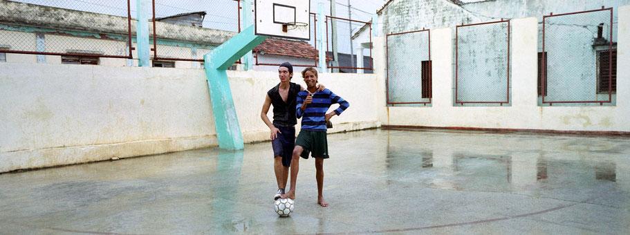 Zwei junge  Cubaner spielen in Baracoa Fußball als Panorama-Photographie