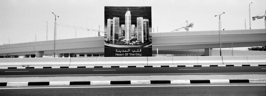 "Schild ""Heard of the City"" in Dubai als Panorama-Photographie"