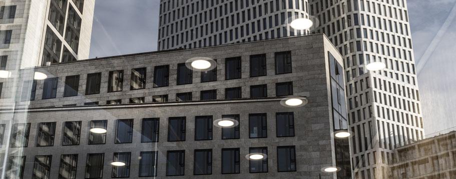 Spiegelung des Waldorf Astoria in Berlin als Farbfotografie im Panorama-Format