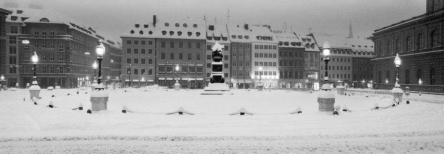 Wintermotiv Max-Joseph-Platz München, Bayern, im Schnee in schwarzweiß als Panorama-Photographie