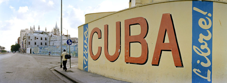 """Schriftzug """"Cuba libre"""" auf Hauswand in Havanna, Cuba, als Farbphoto im Panorama-Format"""
