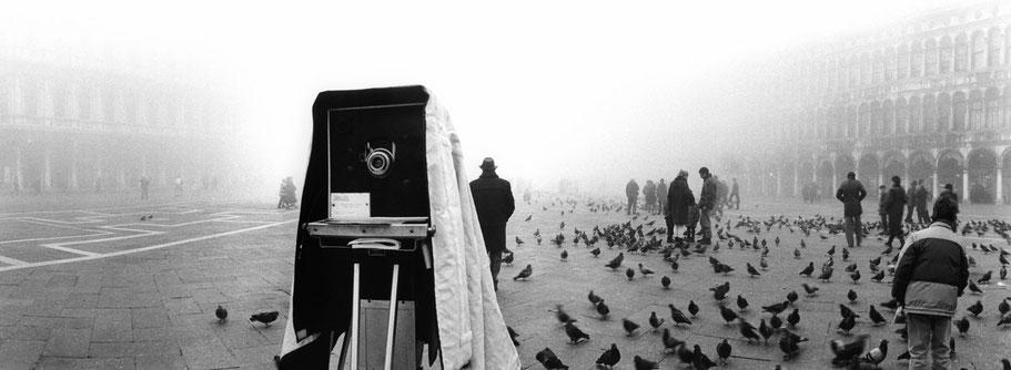 Nebelstimmung auf dem Piazza San Marco , Venedig, als Schwarzweißphoto im Panorama-Format