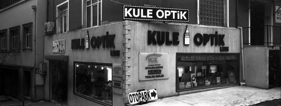 """Optikgeschäft """"Kule"""" in Istanbul, Türkei als Schwarzweißphoto im Panorama-Format"""