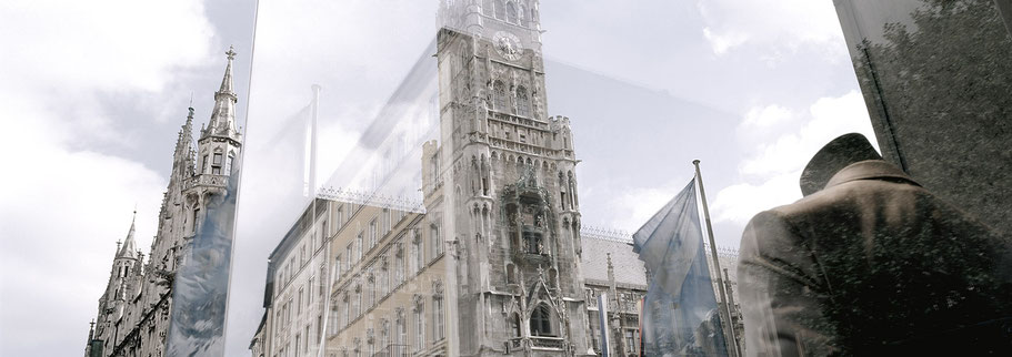 Das neue Rathaus am Marienplatz spiegelt sich in color als Panorama-Photographie, München
