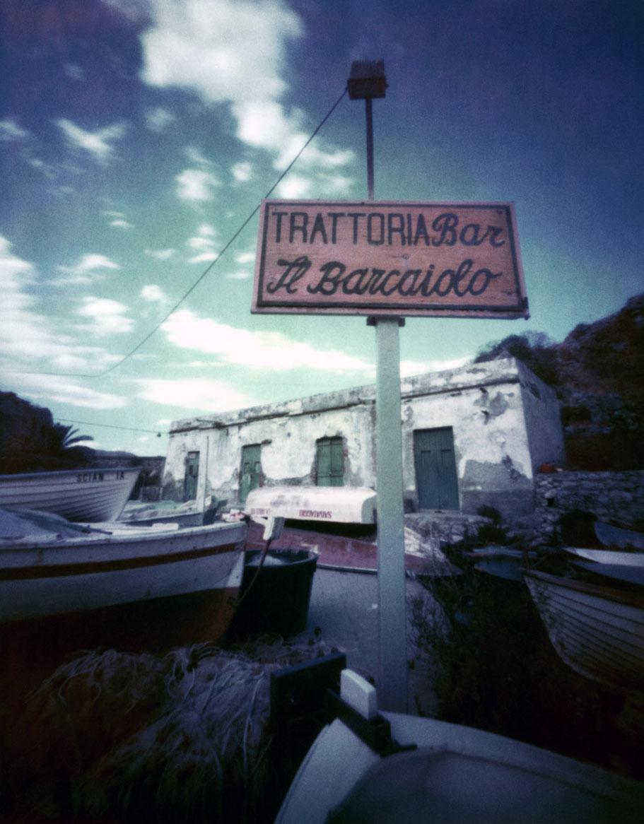 """Schild """"Il Barcaiolo"""" am Strand von Taormina, Italien, mit einer Camera Obscura auf Polroidfilm aufgenommen als Farbphoto"""