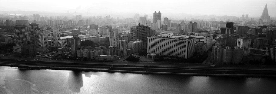 Übersichtsaufnahme über den Teadong-River über  Pyongyang, Nord Korea, als Schwarzweißphoto im Panorama-Format