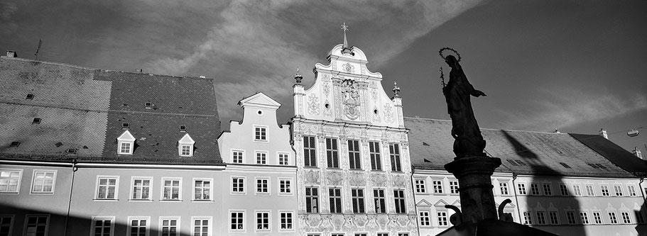 Abbaye de Neumünster in Luxemburg als Schwarzweißphoto im Panorama-Format