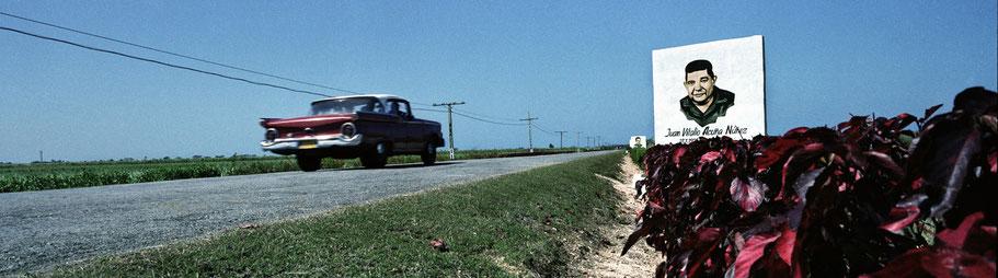 Oldtimer auf der Straße nach Los Colorados in Cuba als Farbphoto im Panorama-Format