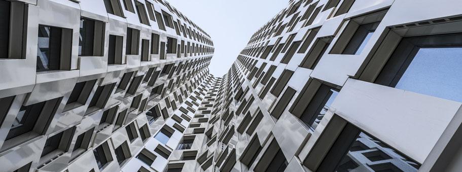 Fassade des Upper West in Berlin als Farbfotografie im Panorama-Format