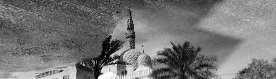Spiegelung der Jumeirah Mosque in Dubai als Panorama-Photographie