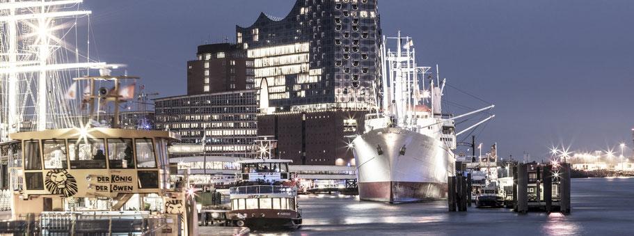 Elbphilharmonie by night mit Elbe und Elbpromenade in Hamburg als Farbphoto im Panorama-Format