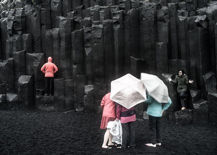 Felsformationen am Strand von Dyrhólaey als Farb-Photographie, Island/Iceland