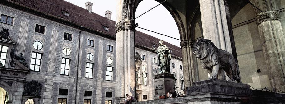 Feldhernhalle am Odeonsplatz in der Dämmerung in color als Panorama-Photographie, München