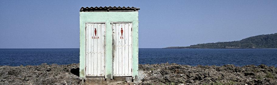 Toilettenhäuschen am Strand von Baracoa, Cuba, als Farbphoto im Panorama-Format