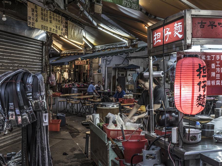 Straßenverkauf auf dem Tonghua Night Market in Taipei, Taiwan, als Farbphoto