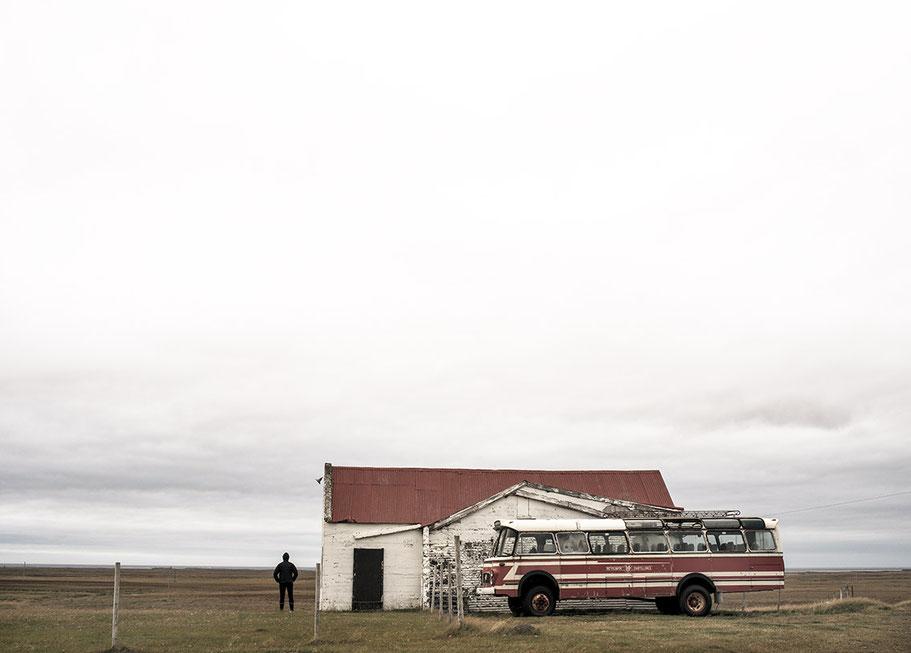 Alter Überlandbus in Gräf als Farb-Photographie, Island/Iceland